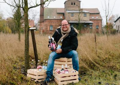 Rafael Kugel, Gründer und Inhaber von Hagelwasser inmitten seines Birnengartens in Ribbeck