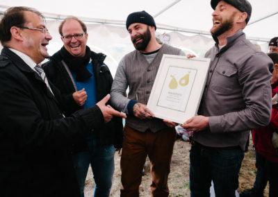 Jörg Vogelsänger, Landwirtschaftsminister von Brandenburg, Rafael Kugel, Geschäftsführer Havelwasser, und die Gebrüder Eggert beim Tag der Birne in Ribbeck